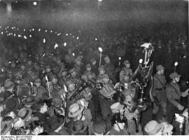 Der Fackelzug zu Ehren des neuen Reichskanzlers Adolf Hitler bewegt sich durch die Wilhelmstraße in Berlin am Abend des 30. Januar 1933.
