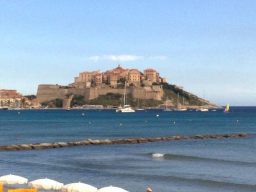 Ein Bild der Festung von Calvi im Nordosten von Korsika