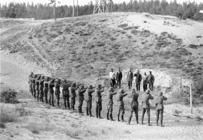 """Sowjetunion-Nord.- Erschießung von Männern (""""Partisanen""""), Erschießungskommando bei der Exekution von sechs Männern"""
