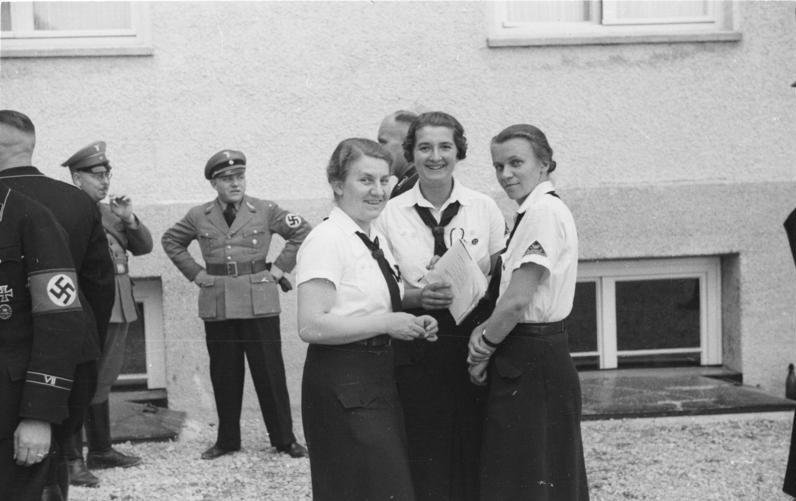Besuch von Angehörigen des Bund Deutscher Mädel im Konzentrationslager Dachau im Jahr 1936