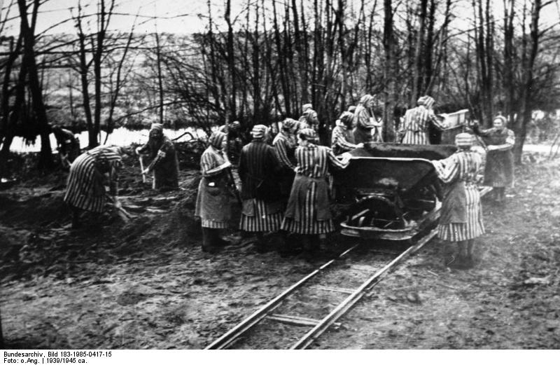Frauen bei der Zwangsarbeit im Frauen-KZ Ravensbrück