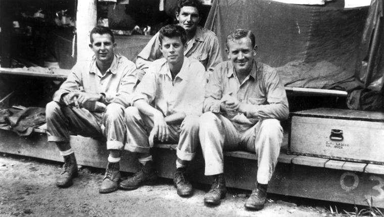 Kennedy-mit-Kameraden