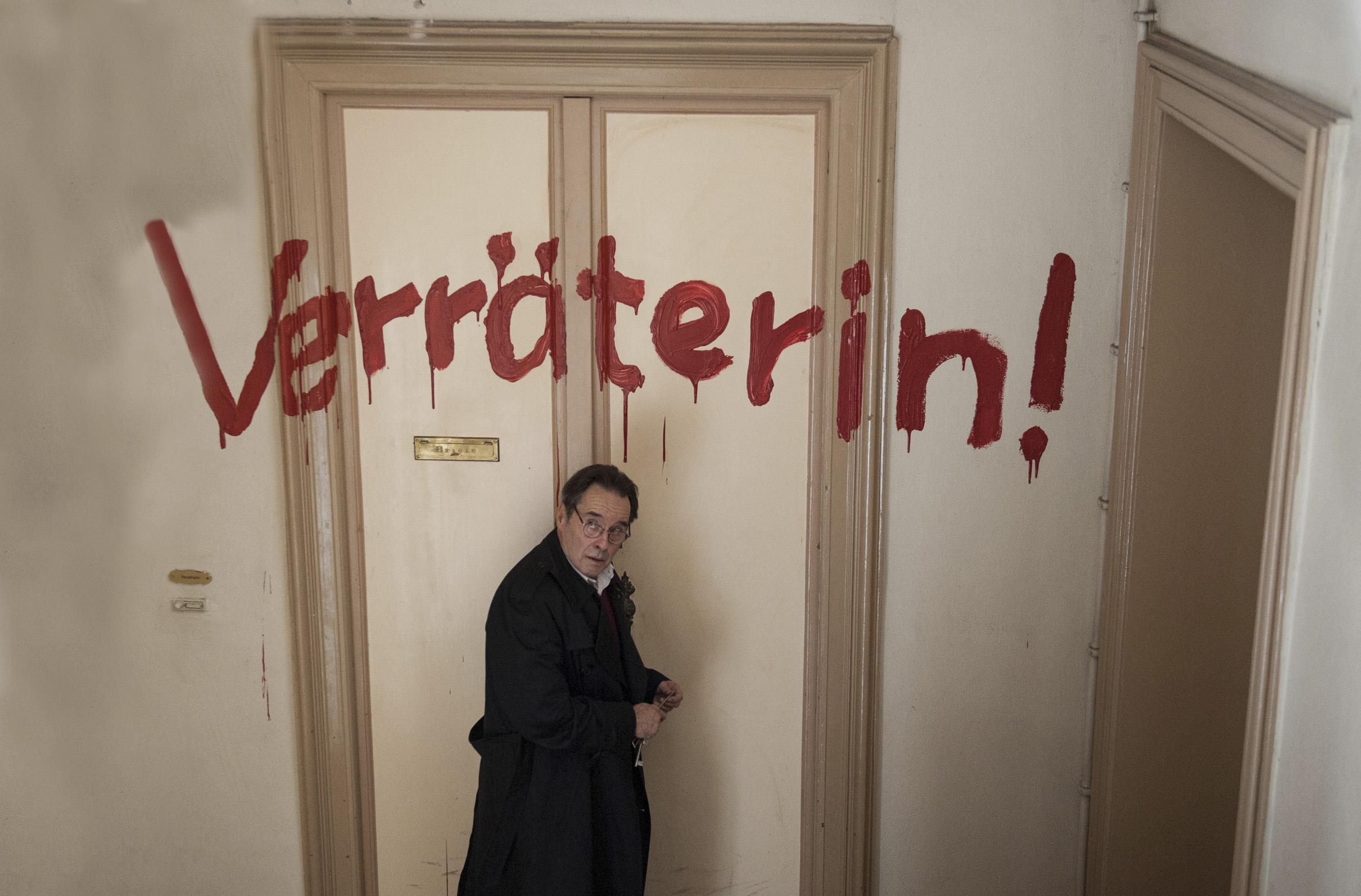 """ARD WEISSENSEE, III. Staffel (6 neue Folgen), Folge 16 """"Der Amerikaner"""", am Mittwoch (30.09.15) um 21.00 Uhr im Ersten. Hans (Uwe Kockisch, l.) eilt besorgt zu Dunja - über ihrer Tür wurde in roten Lettern """"Verräterin !"""" geschrieben. © ARD/Julia Terjung - honorarfrei, Verwendung gemäß der AGB im engen inhaltlichen, redaktionellen Zusammenhang mit genannter ARD-Sendung bei Nennung: """"Bild: ARD/Julia Terjung"""" (S2). ARD Programmdirektion/Bildredaktion, Tel. 089/5900 23879, Fax 089/5501259, mail bildredakton@daserste.de"""