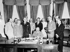 Präsident Truman unterzeichnet die Gründungsverträge zur NATO