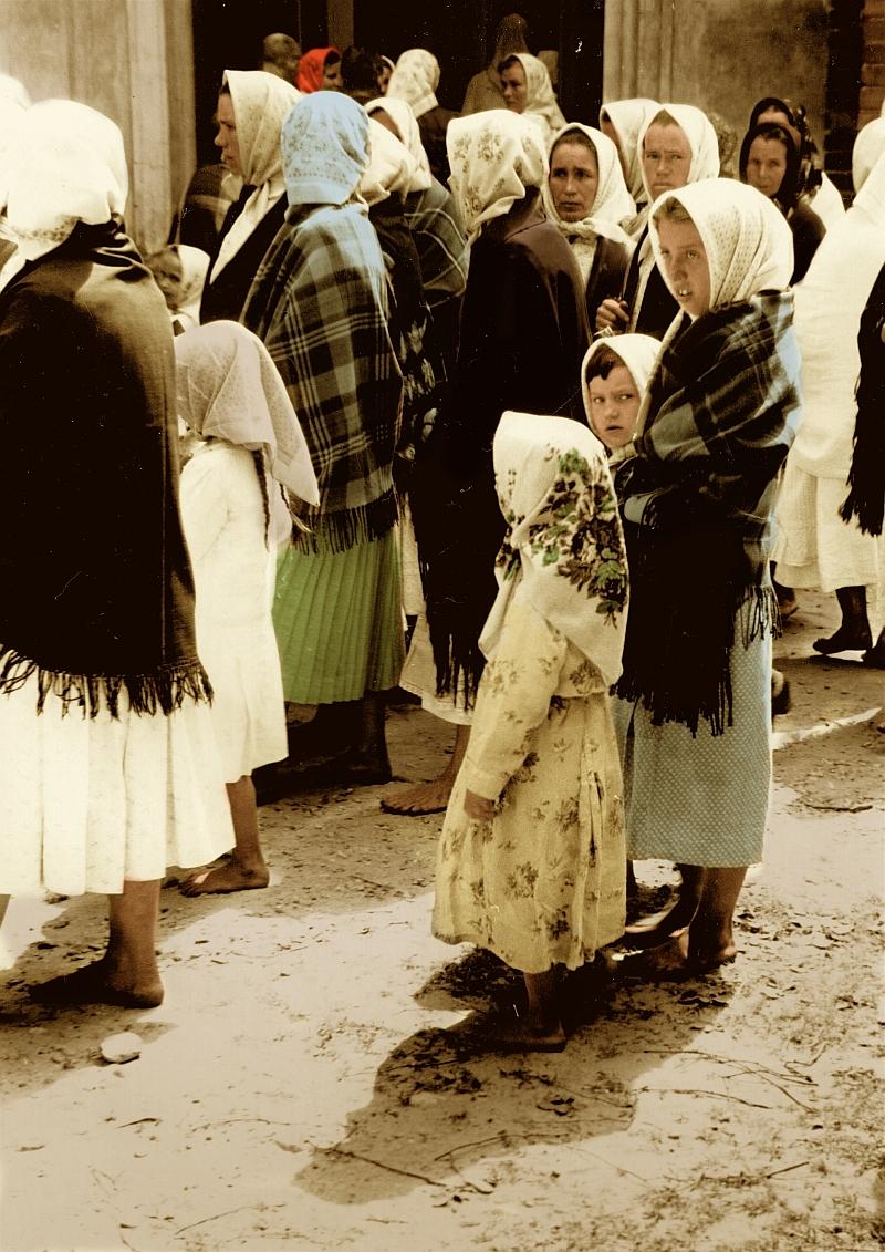 Frauen-Maedchen-Kirche-Russland