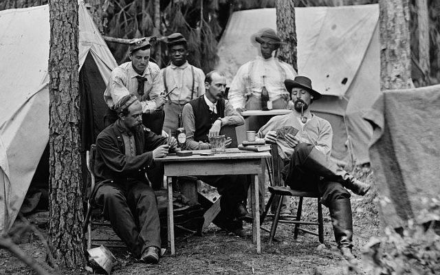 Soldaten beim Kartenspiel
