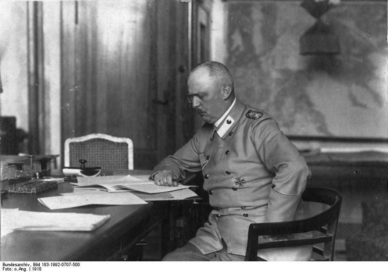 Erich Ludendorff am Schreibtisch sitzend, Bild: Bundesarchiv, Bild 183-1992-0707-500 / CC-BY-SA 3.0