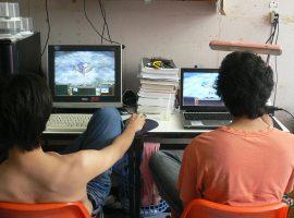 2 Männer beim Computerspiel