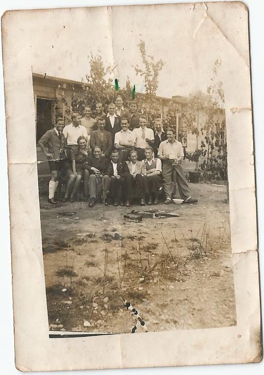 Ehemalige Häftlinge vom Hasag-Zwangsarbeitslager in Leipzig vor ihrer Baracke. Darunter auch Grossvater des Autors. November 1945.