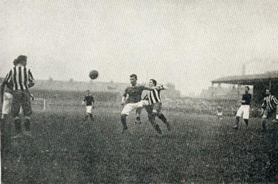 Das FA Cup Spiel Woolwich Arsenal gegen Newcastle United am 01. April 1906