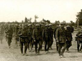 Britische Kriegsgefangene auf den Weg ins Gefangenenlager