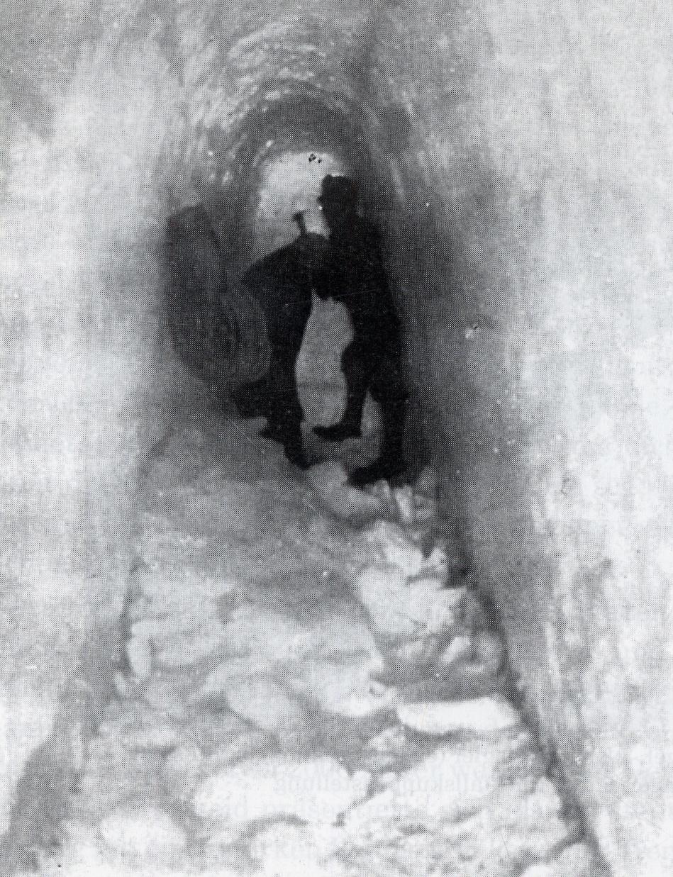 Das Gebirge zwang die Soldaten zum Bau von Stellungen in den Gletschern. Hier wird ein Eisgraben geschlagen.