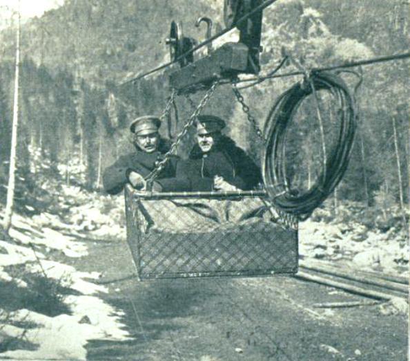 Soldaten in einer Seilbahn - die Front verlief in den Alpen und damit in schwierigster Umgebung für die Armeen