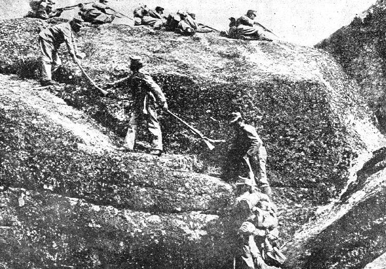Hier besteigen Soldaten eine Stellung in den Bergen - an manchen Tagen starben mehr Soldaten an Unfällen wie Stürzen als in tatsächlichen Kriegshandlungen