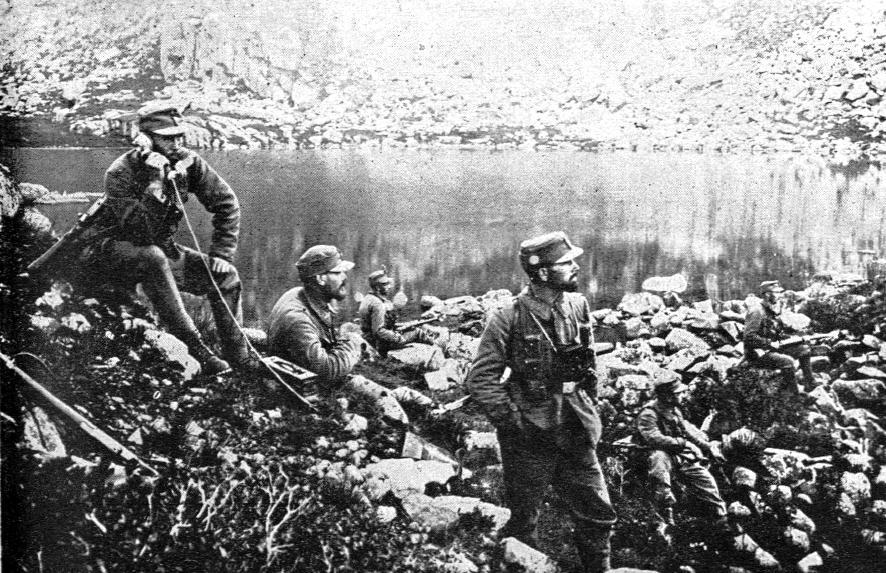 Soldaten auf einer Stellung während des Krieges - die Stellungen konnten dank der Lage auch mit wenig Einheiten wirkungsvoll verteidigt werden