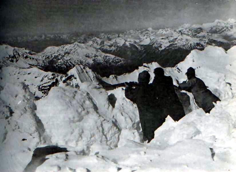 Soldaten in einem Schützengraben auf dem Ortler - mit 3850 Meter der höchstgelegene Schützengraben im 1. Weltkrieg