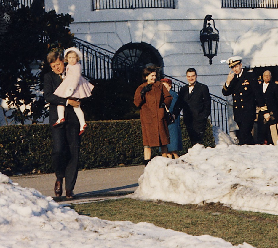 First_Lady_and_Daughter_depart_White_House_for_Glen_Ora._President_Kennedy,_holding_Caroline_Kennedy,_First_Lady..._-_NARA_-_194195_(cropped1)