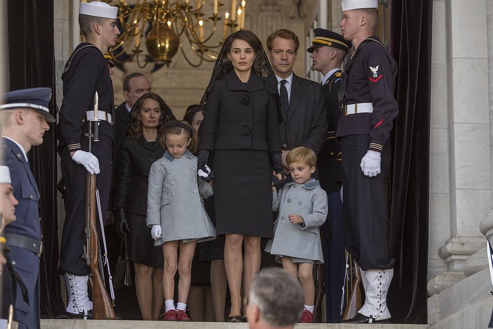 Jackie tritt mit ihren Kindern in die Öffentlichkeit während des Begräbnisses. (c) Bilder Universum Film / Tobis Film