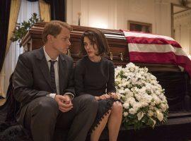 Der Bruder des Präsidenten Bobby unterstützte die Witwe. Zur Tragödie des Kennedy-Clans zählt, dass auch Bobby während seiner späteren Präsidentschaftskandidatur einem Attentat zum Opfer fiel. Bilder Universum Film / Tobis Film