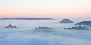 Blick auf die Burg Trifels, Foto: Christian Fernández Gamio (www.fabelhaftes-weinland-pfalz.de)