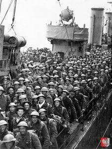 Britische Soldaten warten an Bord eines Zerstörers darauf, das Schiff verlassen zu können (Dover).