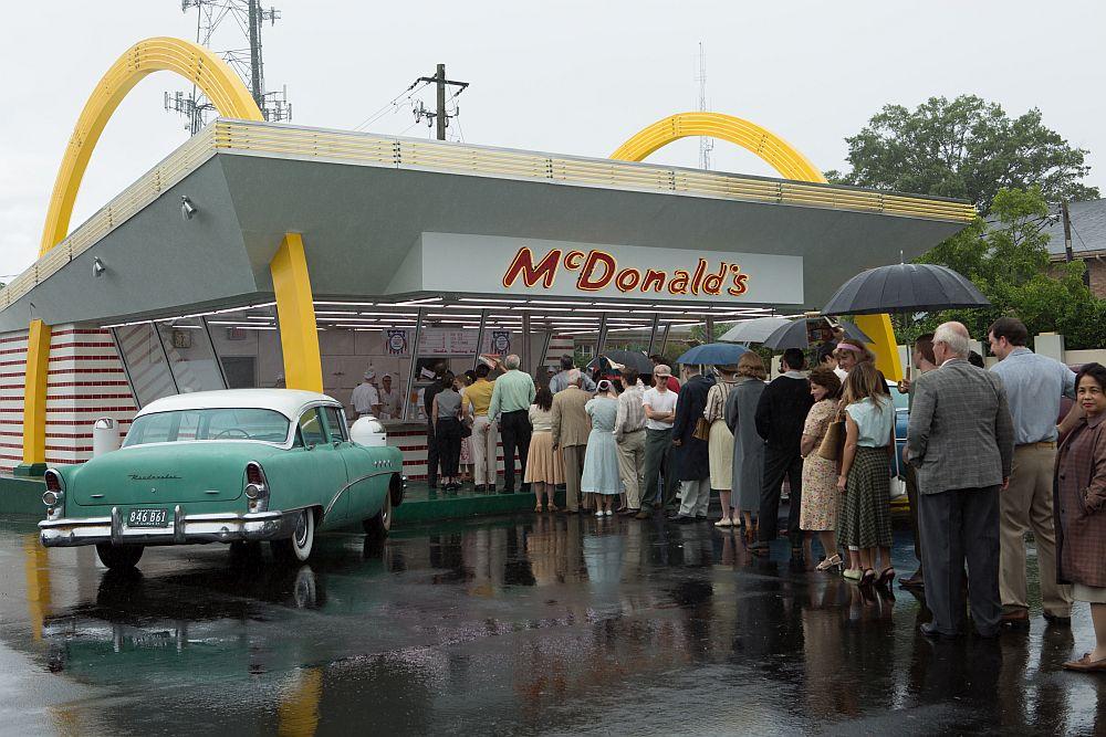 Selbst bei Regenwetter stehen die Leute Schlange vor Mc Donald's. ©splendid-film