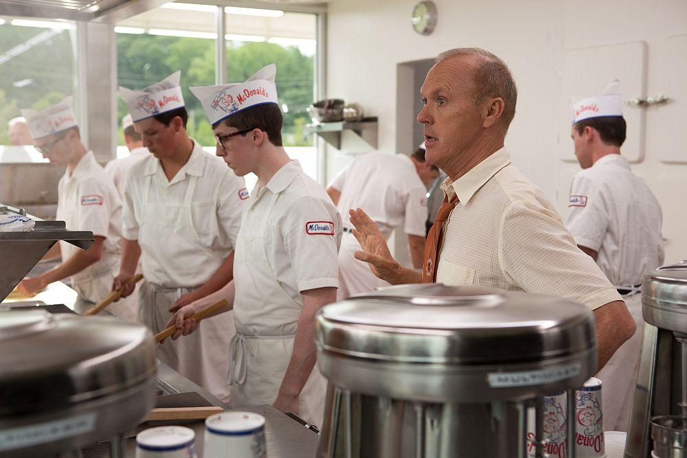 Ray Kroc (Michael Keaton) überprüft die Qualitätsstandards in der Küche. ©splendid-film