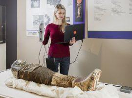 Die Mumie Sherit wird mit Artec Eva gescannt, der mit einem Artec-Akkupack ausgestattet ist. Quelle: Artec 3D