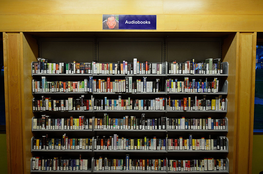 Eine riesige Auswahl an Hörbüchern einer öffentlichen Bibliothek. Bild von Raysonho @ Open Grid Scheduler / Grid Engine (Own work) [CC0], via Wikimedia Commons