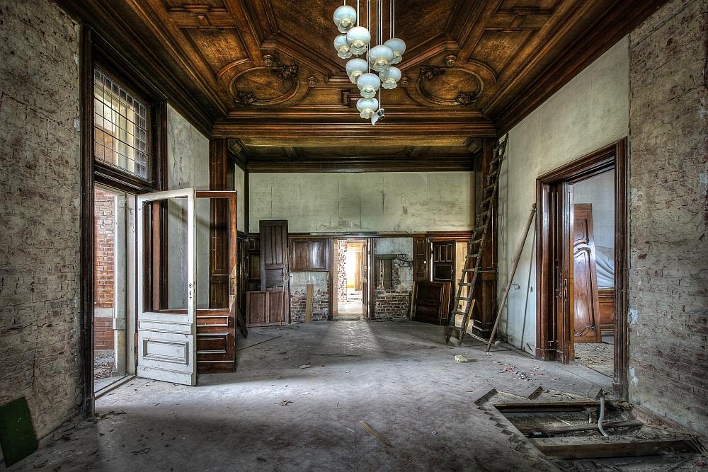 Der einstige Glanz der Villa lässt sich aber noch an den großartig gestalteten Holzdecken erkennen. (c) Thor Larsson Lundberg, aus: Lost Places, Heel Verlag, Königswinter