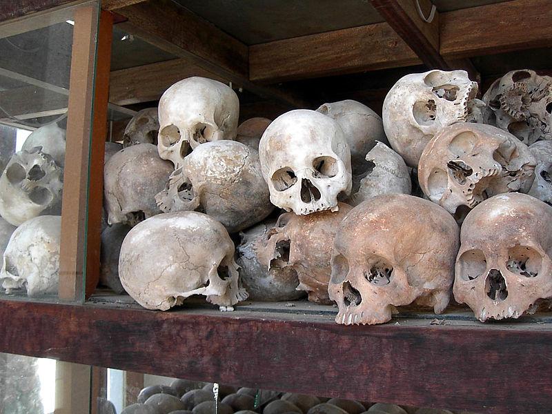 Schädel in Choeung Ek, Gedenkstätte für die Opfer der Roten Khmer (c) Adam Carr, gemeinfrei
