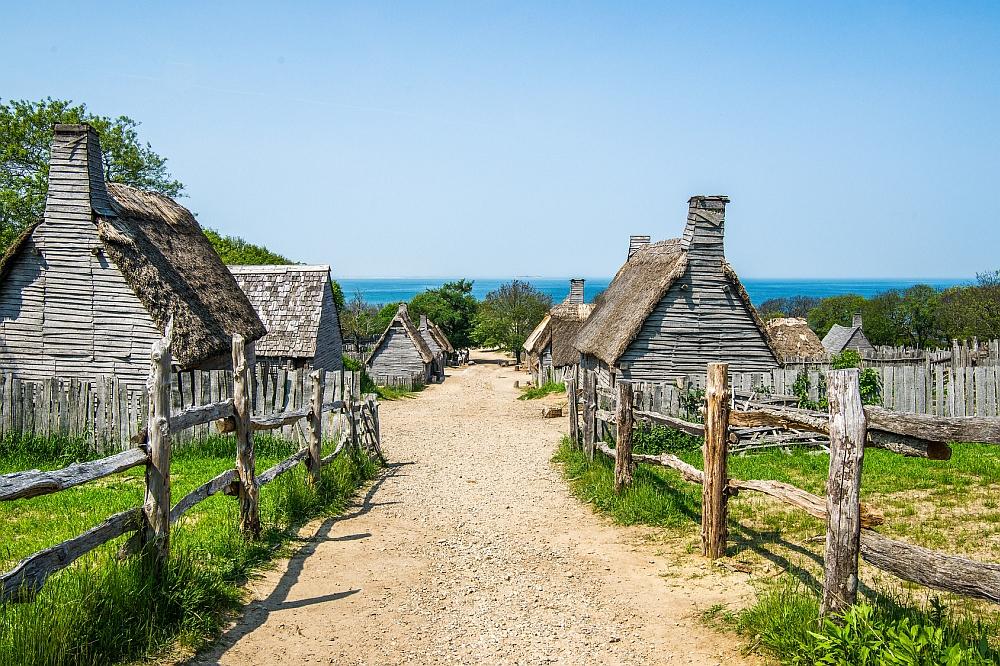 Die Behausungen der ersten Siedler waren noch sehr dürftig, wie dieser Nachbau der Plymouth Plantation zeigt. Bild: fotolia.com © mheston