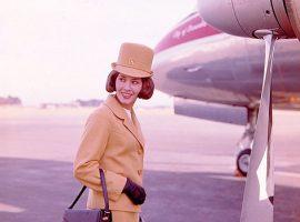 Das Fliegen für die Massen zählt zu einer der wichtigsten technischen Entwicklungen in den 1950er und 1960er Jahren. Bild von Archives New Zealand from New Zealand (Air Hostess Uniform 1965 Gold 002) [CC BY-SA 2.0 (https://creativecommons.org/licenses/by-sa/2.0)], via Wikimedia Commons