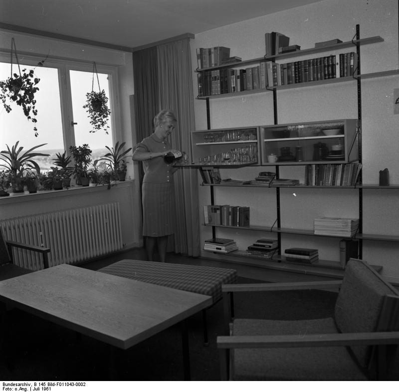 Eine Wohnung einer neu errichteten Siedlung im Jahr 1961 - Bild von Bundesarchiv, B 145 Bild-F011043-0002 / CC-BY-SA 3.0 [CC BY-SA 3.0 de (https://creativecommons.org/licenses/by-sa/3.0/de/deed.en)], via Wikimedia Commons