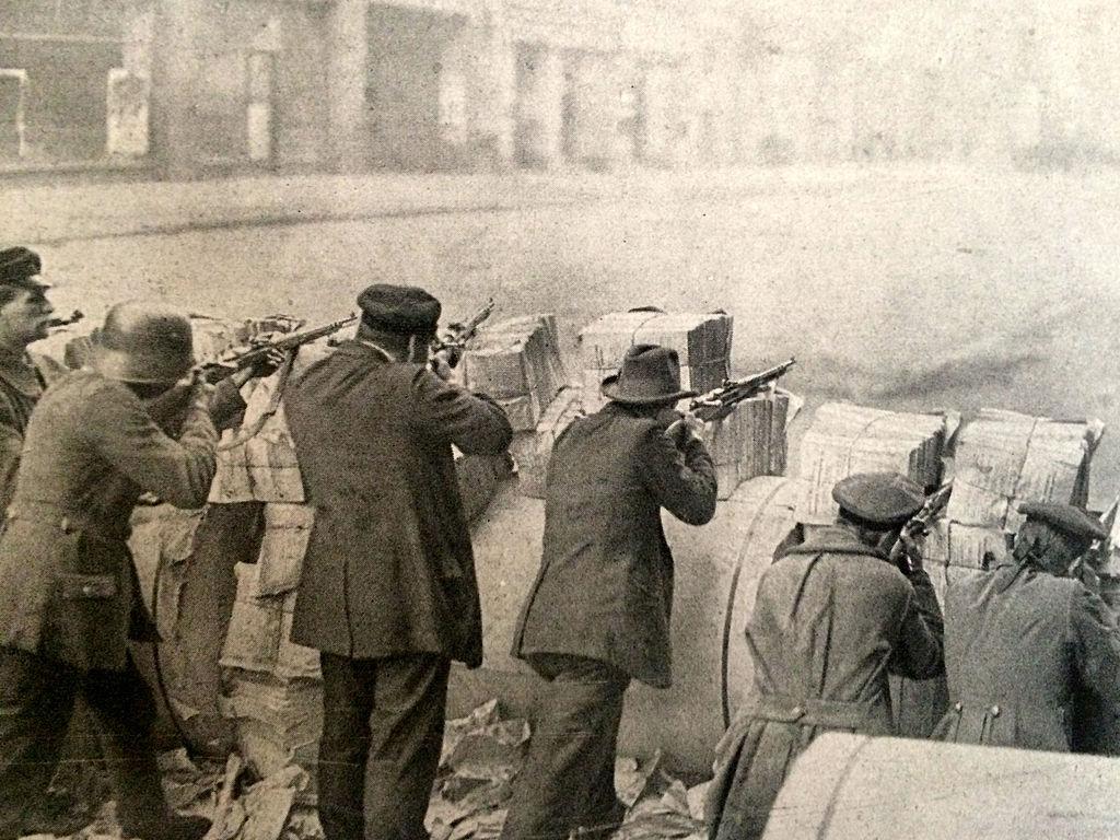 Eine Barrikade während des Spartakusaufstandes. Das Bild ist am 12. Januar 1919 in der Illustrierten Zeitung erschienen (Verlag Verlag J. J. Weber in Leipzig). Die Lizenz des Bildes ist gemeinfrei.