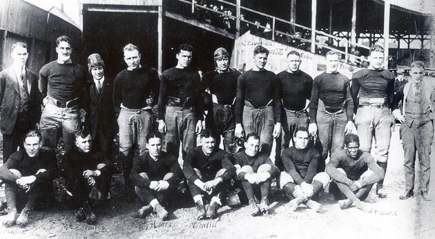 Die Akron Pros posieren nach einem Spiel (Jahr 1920). Das Bild ist gemeinfrei. Quelle unbekannt