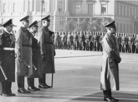 Adolf Hitler beim Staatsakt für Admiral von Trotha. Hinter dem Führer Grossadmiral Dr. h.c. Raeder, Generalfeldmarschall Keitel, Generalfeldmarschall Milch und Generaloberst Fromm. 15.10.40 Presse-Hoffmann 9216-40 Lizenz Bundesarchiv, Bild 183-1983-0210-507 / CC-BY-SA 3.0 [CC BY-SA 3.0 de (https://creativecommons.org/licenses/by-sa/3.0/de/deed.en)]