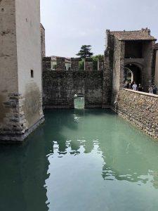 Die Burg ist an der engsten Stelle von Sirmione gebaut und schützte daher die Stadt sehr gut
