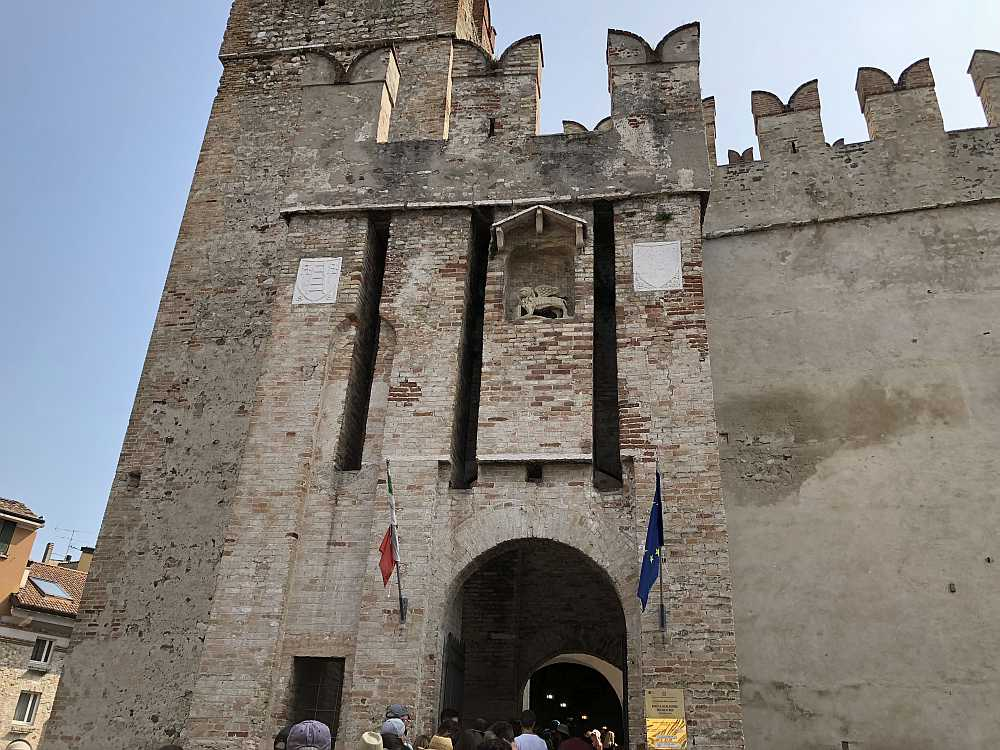 Der Eingang zeigt das Wappen der Scaliger (links): Eine Leiter