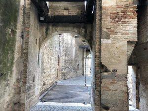 Der Eingangsbereich ist mit einer Zugbrücke geschützt