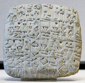 Ein Kaufvertrag über einen männlichen Sklaven und ein Bauwerk auf einer sumerischen Steintafel Lizenz des Bildes: Louvre Museum [CC BY 2.5 (https://creativecommons.org/licenses/by/2.5)], Wikimedia