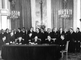 Bundeskanzler Konrad Adenauer und der französische Staatspräsident Charles de Gaulle unterzeichneten am 22.1.1963 im Pariser Elysée-Palast einen Vertrag über die deutsch-französische Zusammenarbeit, der politische Konsultationen beider Regierungen und eine verstärkte Zusammenarbeit in der Außen- und Verteidigungspolitik sowie in Erziehungs- und Jugendfragen festgelegt. Regelmäßige Treffen zwischen den Regierungschefs und den zuständigen Ressortministern beider Länder sollen die praktische Durchführung des Vertrages gewährleisten. Im Bild (v.l.n.r.) am Tisch:  Bundesminister des Auswärtigen, Dr. Gerhard Schröder, Bundeskanzler Konrad Adenauer, Staatspräsident Charles de Gaulle, Premierminister Georges Pompidou und  der französische Außenminister Maurice Couve de Murville  Bild: Bundesarchiv, B 145 Bild-P106816 / Unknown / CC-BY-SA 3.0 [CC BY-SA 3.0 de (https://creativecommons.org/licenses/by-sa/3.0/de/deed.en)] https://commons.wikimedia.org/wiki/File:Bundesarchiv_B_145_Bild-P106816,_Paris,_Unterzeichnung_Elys%C3%A9e-Vertrag.jpg