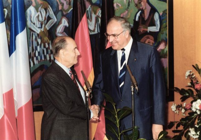 Staatsbesuch Frankreich Begrüßung Bundeskanzler Helmut Kohl  Bild: Bundesarchiv, B 145 Bild-F076604-0021 / Schaack, Lothar / CC-BY-SA 3.0 [CC BY-SA 3.0 de (https://creativecommons.org/licenses/by-sa/3.0/de/deed.en)], https://commons.wikimedia.org/wiki/File:Bundesarchiv_B_145_Bild-F076604-0021,_Frankreich,_Staatsbesuch_Bundeskanzler_Kohl.jpg