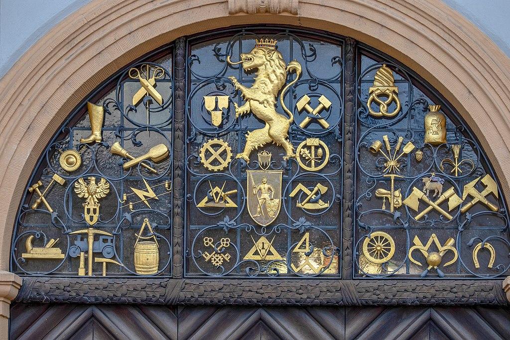 Verschiedene Wappen der Zünfte von Bamberg. Bild von Heraldikbamberg [CC BY-SA 4.0 (https://creativecommons.org/licenses/by-sa/4.0)] https://commons.wikimedia.org/wiki/File:258-Wappen_Bamberg_ETA-Hoffmann-Platz-4.jpg?uselang=de