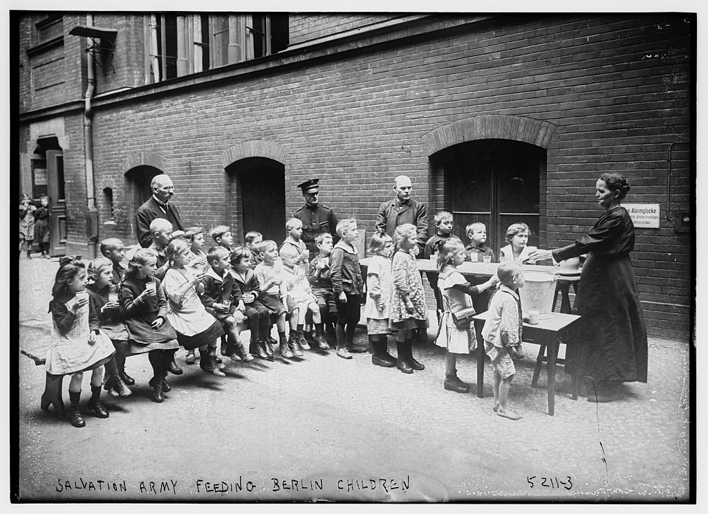 Diese Aufnahme aus dem Jahr 1915 zeigt, wie die Heilsarmee Berliner Kinder mit Essen und Trinken versorgt.