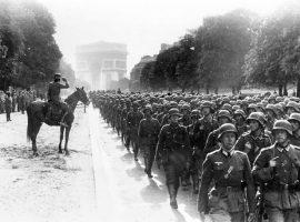 """Am 14. Juni 1940 nahmen Truppen der deutschen Wehrmacht Paris ein. Siegesparade der deutschen 30. Infanterie-Division auf der """"Avenue de Foche"""" vor General Kurt von Briesen (1886–1941) (Aufnahme: Folkerts) - Lizenz: Bundesarchiv, Bild 183-L05487 / CC-BY-SA 3.0 / CC BY-SA 3.0 DE (https://creativecommons.org/licenses/by-sa/3.0/de/deed.en), Quelle"""