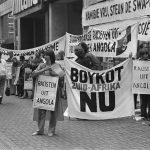Eine Demonstration in Amsterdam für den Boykott gegen Südafrika während der Unabhängigkeitskämpfen in Namibia. In Europa formte sich eine starke Bewegung, die sich gegen den Rassismus Südafrikas richtete. Quelle und Lizenz: Van Dijk, Hans CC BY-SA 3.0 NL Quelle
