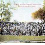 Das Bild zeigt eine Gruppe von Kriegsgefangenen beziehungsweise internierten Einheimischen, wahrscheinlich nach dem Aufstand der Swartbooi-Nama. Das Bild dürfte aus den Jahren 1897 - 1899 datieren. Quelle: Bundesarchiv, Bild 146-1981-157-15 / Unknown CC BY-SA 3.0 DE Quelle