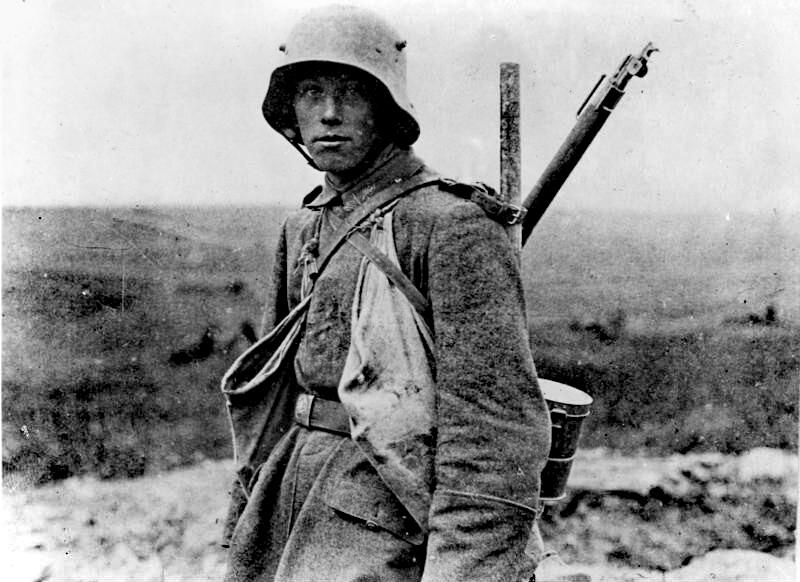Ein deutscher Soldat, der an der Westfront eingesetzt war. Bundesarchiv, Bild 183-R05148 / Unknown / CC-BY-SA 3.0 / CC BY-SA 3.0 DE (https://creativecommons.org/licenses/by-sa/3.0/de/deed.en), https://commons.wikimedia.org/wiki/File:Bundesarchiv_Bild_183-R05148,_Westfront,_deutscher_Soldat.jpg