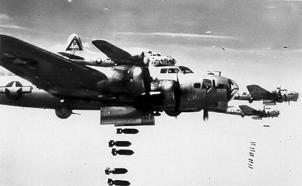 Die Amerikaner setzten B17-Bomber wie diese ein.